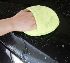 Auto Reinigungspad wird auf dem Autolack zum Reinigen angewendet