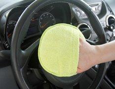 Auto Reinigungspad wird auf dem Lenkrad zum Entstauben angewendet
