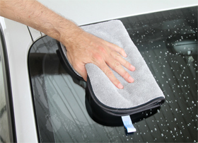 Autotuch Ultra Premium Trockentuch im Einsatz auf einer Fahrzeugfrontscheibe