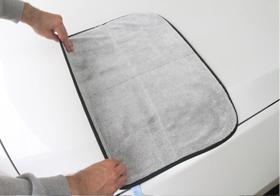 Autotuch Ultra Premium Trockentuch ausgebreitet auf einer Motorhaube